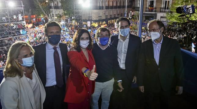 De izda. a dcha., Ana Camins, Pablo Casado, Isabel Díaz Ayuso, José Luis Martínez-Almeida, Teodoro García Egea y Pío García-Escudero, en el balcón del PP celebrando la victoria en Madrid.