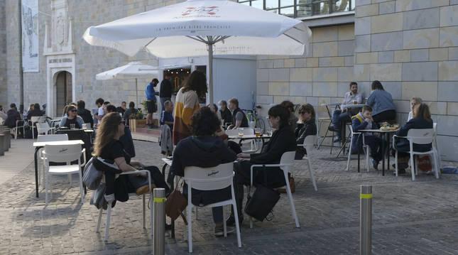 Terraza atendida por La Pulga y La Inopia, con un pequeño módulo de bar junto al Archivo General de Navarra.