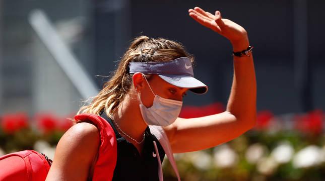 Paula Badosa se despide del público de la pista Manolo Santana tras caer eliminada.