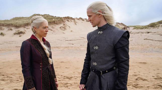Los intérpretes del Reino Unido Emma D'Arcy como la princesa Rhaenyra Targaryen (i), y Matt Smith como el príncipe Daemon Targaryen durante una escena de la próxima serie de HBO 'La Casa del Dragón'.