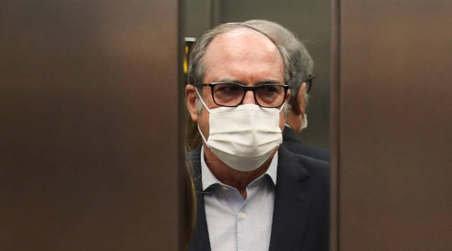 El candidato del PSOE a la Presidencia de la Comunidad de Madrid, Angel Gabilondo, subiendo a un ascensor.
