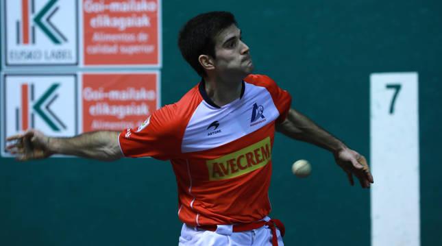 El zaguero de Aspe José Javier Zabaleta se prepara para golpear la pelota en un encuentro disputado en el frontón Labrit.