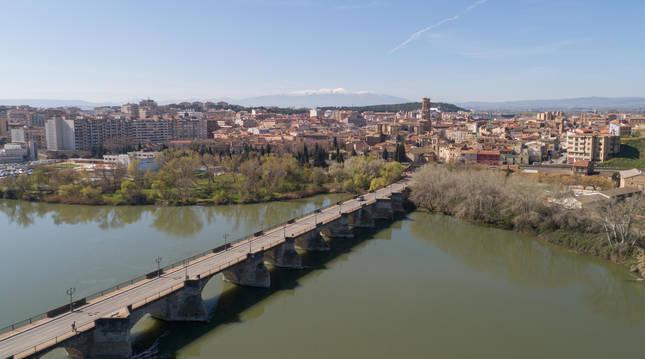 Imagen del casco urbano de Tudela, con el puente sobre el río Ebro, en primer plano.