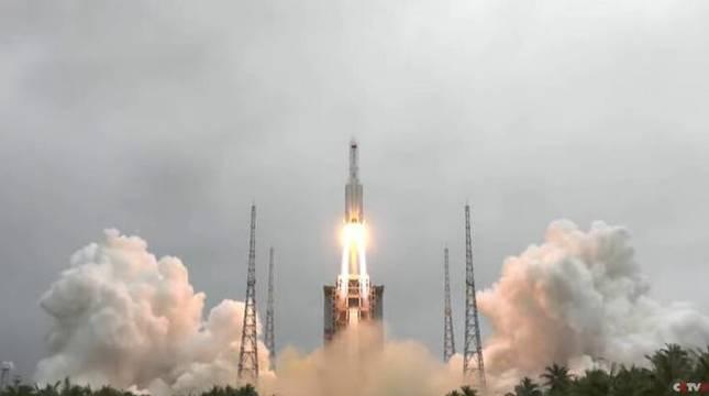 Despegue del cohete Larga Marcha CZ-5B. CCTV.