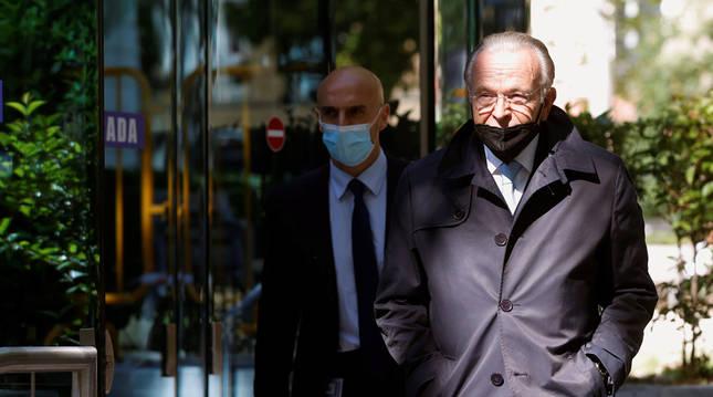 El expresidente de CaixaBank Isidro Fainé (d) a su salida de la Audiencia Nacional.