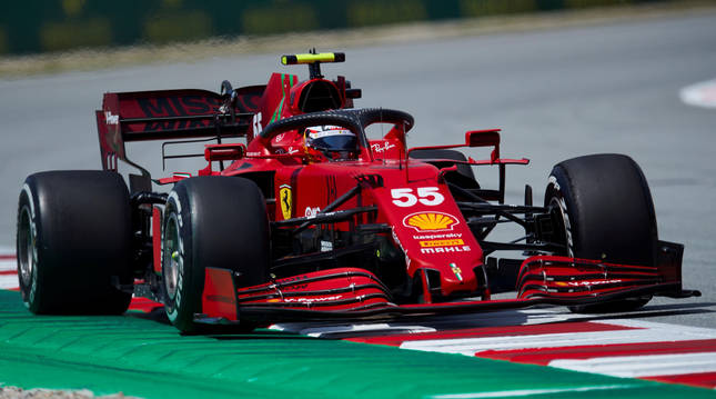 El piloto Carlos Sainz de Ferrari durante la primera tanda de entrenamientos libres del Gran Premio de España de Fórmula Uno que se disputa en el Circuito de Barcelona-Cataluña, en Montmeló.