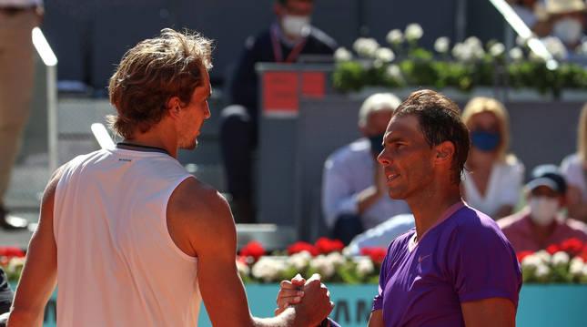 Zverev y Nadal se saludan al final del partido de cuartos de semifinal.