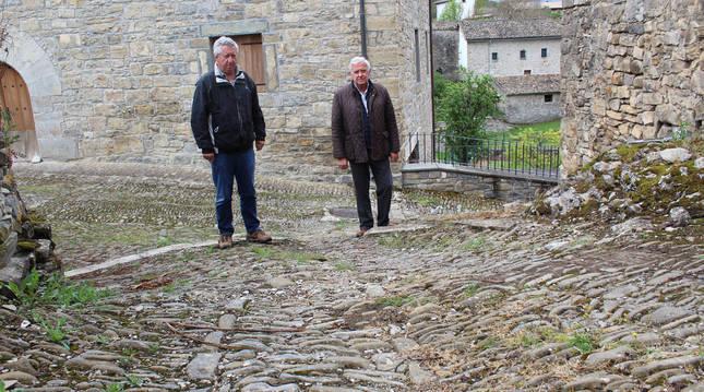 Tomás Urbicáin y Cruz Moriones, en una calle de Ustés.