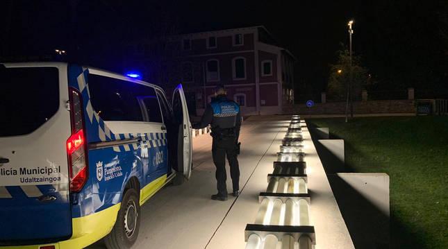 Policía Municipal controla cada fin de semana posibles zonas de concurrencia juvenil. En la imagen en el parque de Aranzadi.
