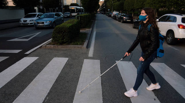 Este paso de peatones de la Calle Mayor de Burlada resulta el más complicado para Adriana en su camino al instituto.