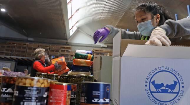 Voluntarias del Banco de Alimentos, ordenando género en la nave del polígono de Aizoáin en abril del pasado año.