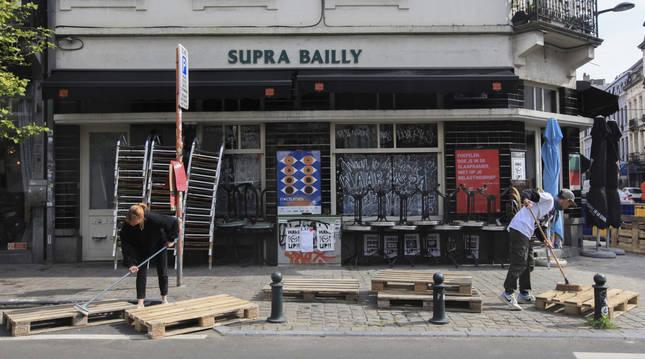 Un grupo de trabajadores de una cafetería preparaba la terraza en vísperas de la reapertura en Bélgica.