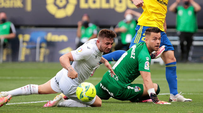 Maffeo y Álvaro Fernández no pueden cortar el pase de Malbasic que terminó en el 2-1 de Lozano.