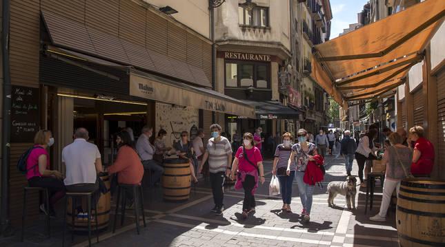 Ayer, en una jornada en la que Pamplona rozó los 29 grados a la sombra, terrazas y exteriores de los bares del Casco Viejo se llenaron, como en la calle San Nicolás.
