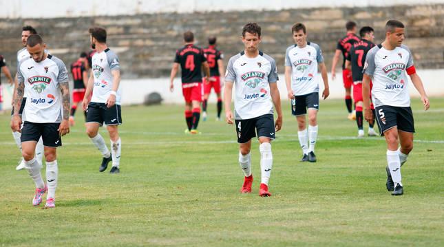 Foto de los jugadores del Tudelano, cabizbajos al término del partido contra la Real Sociedad B.