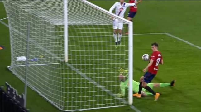 Budimir dio el triunfo contra el Eibar empujando un balón peinado de Adrián. Torres puso el centro.