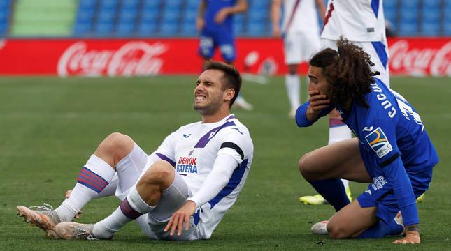 El jugador del Getafe Marc Cucurella realiza un expresivo gesto tras chocar con un jugador del Eibar.