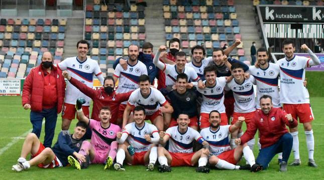 La plantilla y el cuerpo técnico celebró la permanencia sobre el estadio de Lasesarre.
