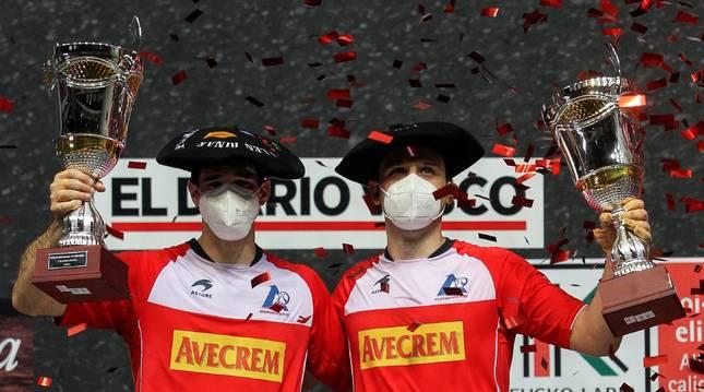 Los pelotaris Danel Elezkano y José Javier Zabaleta tras proclamarse campeones del Final de Parejas en el partido que han disputado este domingo frente a la pareja formada por Jon Ander Peña y Jon Ander Albisu en el frontón Bizkaia, en Bilbao.