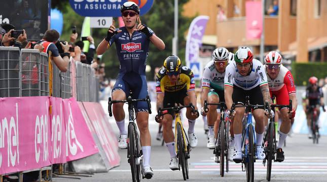 El belga Tim Merlier celebra su victoria en la segunda etapa del Giro de Italia.