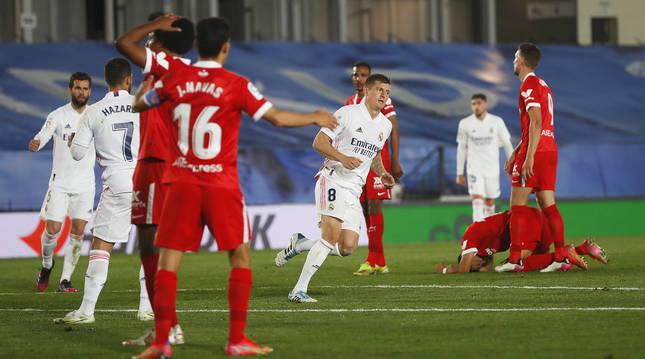 Toni Kross se dispone a celebrar el tanto del empate ante la desolación de la zaga del Sevilla..