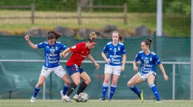 María González controla el balón ante la presión de las jugadoras del Real Oviedo.