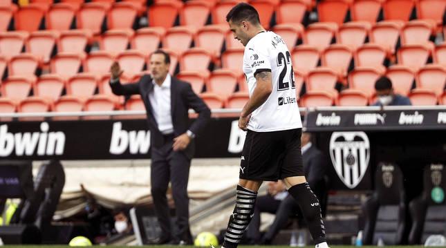 Maxi Gómez celebra uno de sus tantos mientras 'Voro' da instrucciones a sus jugadores.