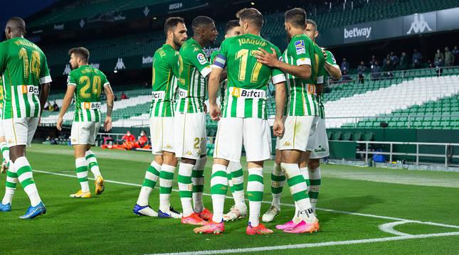 Los jugadores del Betis, con Joaquín en el centro, celebran el primer tanto del encuentro obra de Borja Iglesias.