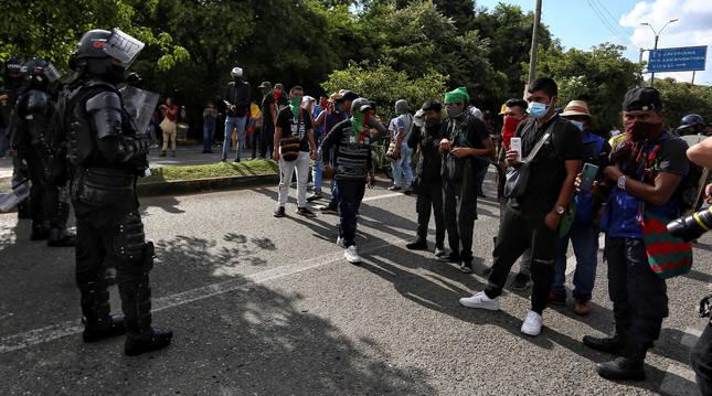 Indígenas realizan un bloqueo en una calle en Cali (Colombia), ante presencia policial
