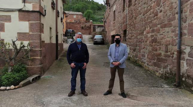 El alcalde de Mues, Juan José Álvarez, y el director general de Administración Local y Despoblación, Jesús Mª Rodríguez, en la calle que va a reformarse próximamente.