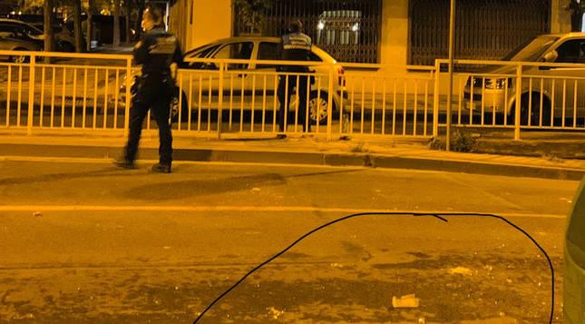 Jóvenes de fiesta en un piso de Iturrama lanzan vasos y botellas por la ventana a la vía pública