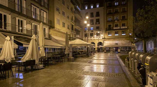 La Plaza del Castillo, durante el toque de queda.