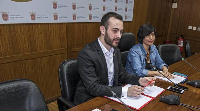Jorge Crespo y Magdalena Hernández el 9 de marzo de 2020 en el Ayuntamiento de Estella, cuando anunciaron su apoyo a la moción de censura que se celebraría el 24 de marzo, bajo el  estado de alarma.