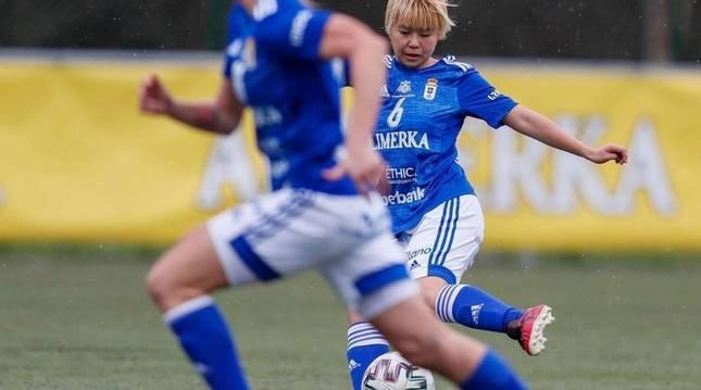 Yuki Togawa golpea el balón.