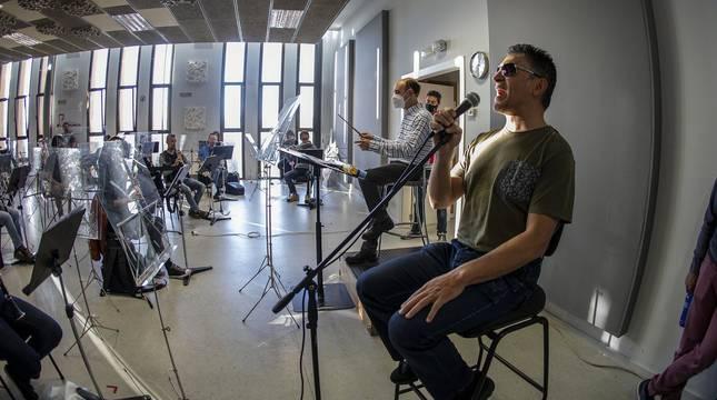 El cantante navarro y el conjunto rendirán un homenaje a Nino Bravo en un espectáculo en el Gayarre el jueves 13 y el viernes 14 de mayo.