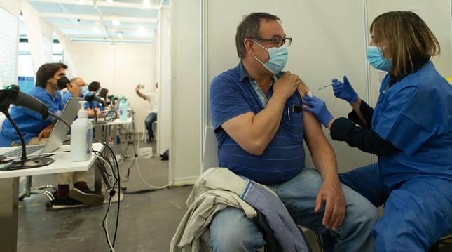 Una enfermera vacuna a un hombre en el centro de vacunación de la Fira de Barcelona.