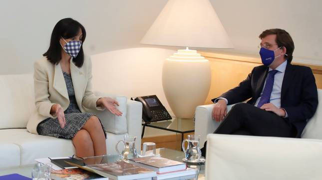 La delegada del Gobierno en Madrid, Mercedes González (i), y el alcalde de Madrid, José Luis Martínez-Almeida (d), se reúnen este miércoles para abordar cuestiones de interés para ambas instituciones