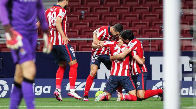 Los jugadores del Atlético de Madrid celebran el primer tanto del encuentro, obra de Carrasco.