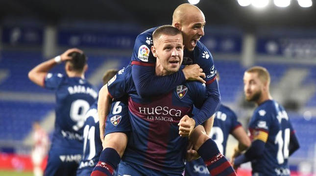 Sandro Ramírez celebra su gol subiéndose a la espalda de su compañero, Denis Vavro.