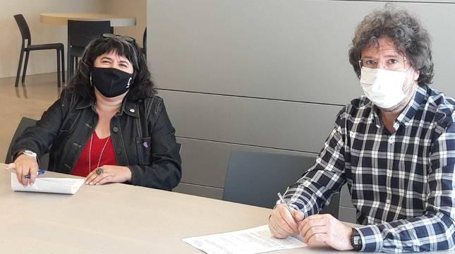 Eva Istúriz (INAI) y Alberto Urteaga (Itxaropenagune), en la firma del convenio.