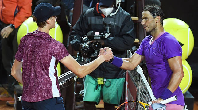 Jannik Sinner (izda.) saluda a Rafa Nadal tras finalizar el encuentro en el Masters 1000 de Roma.