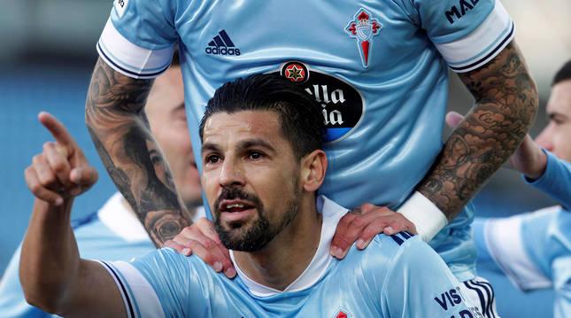 Nolito, felicitado por sus compañeros, señala a alguien en la dedicatoria de su gol.