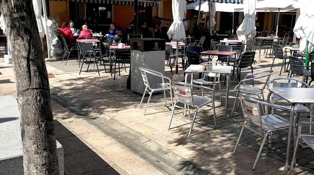 Terrazas en la plaza de Muerza, uno de los puntos de encuentro de la población.
