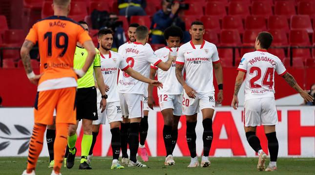 Los jugadores del Sevilla celebran el tanto de En-Nesiry durante el choque contra el Valencia.