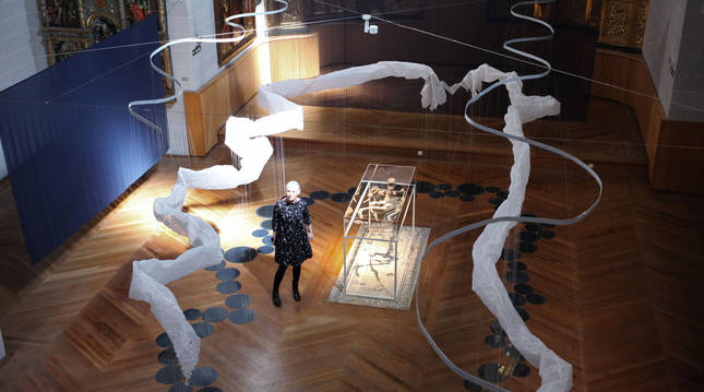 La artista Gentz del Valle, en el centro de la instalación, junto a las obras Mona, suspendida en el aire,  y Manantial, en el suelo.