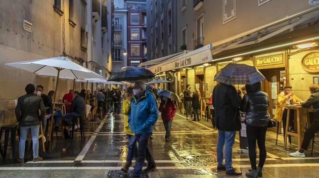 La lluvia frena un 'juevintxo' de terrazas y con cierre a la 1.00 h en Pamplona
