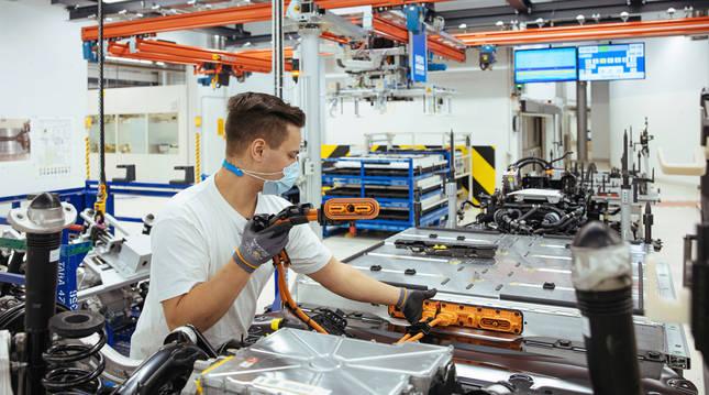Un empleado de VW en la planta de Dresde prepara la batería de un ID.3.