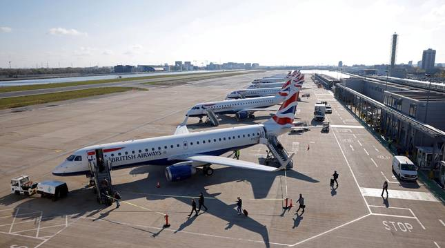 Pasajeros embarcan en un avión de la aerolínea británica British Airways.