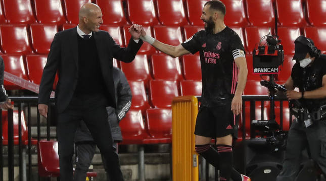 Saludo entre Zidane y Benzema cuando el delantero fue sustituido nada más marcar el cuarto gol de su equipo.