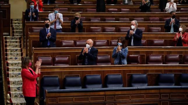 La ministra de Transición Ecológica, Teresa Ribera (i) es aplaudida tras su intervención en el debate de la ley de Cambio Climático y Transición Energética durante el pleno del Congreso este jueves en el Congreso de los DIputados en Madrid.